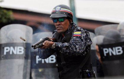 La Guardia Nacional de Venezuela emplea perdigones y gas lacrimógeno en el Puente Simón Bolívar