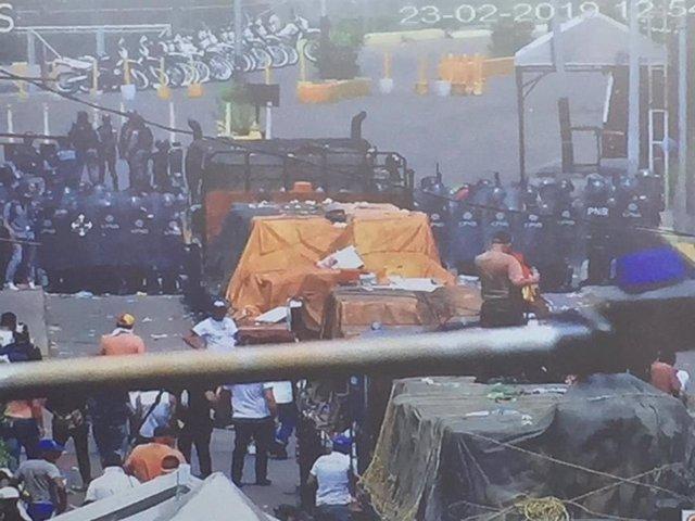 Fuerzas venezolanas impiden el paso del primer camión con ayuda humanitaria envi