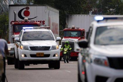 Quemados dos camiones con ayuda humanitaria en uno de los puentes de la frontera entre Colombia y Venezuela