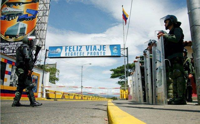 El Gobierno de Colombia cerrará varios de sus pasos fronterizos con Venezuela para 'evaluar daños'