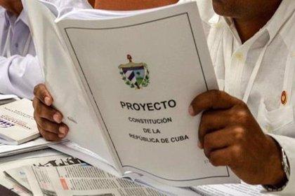 Los cubanos votan en referéndum una nueva Constitución para la era post Castro