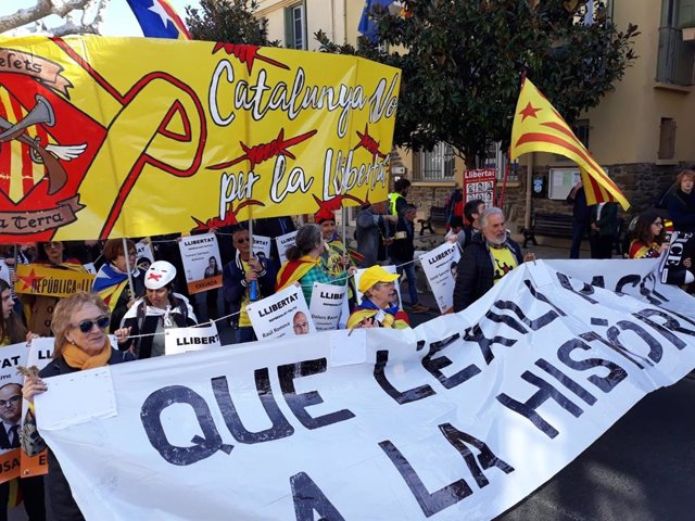 Uns 250 independentistes es concentren durant la visita de Sánchez la tomba de