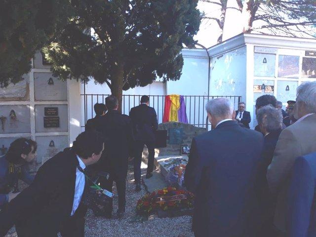 El president del Govern, Pedro Sánchez, visita la tomba de Machado en el 80 a