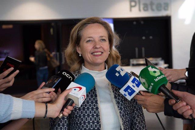 La ministra d'Economia Nadia Calviño atén als mitjans en l'II Digital Futu