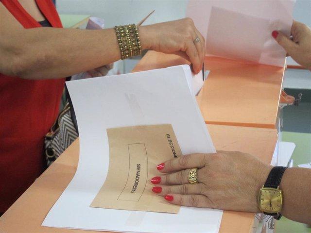 Una señora vota en las elecciones generales