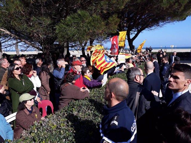 Unos 30 independentistas protestan ante Sánchez en su homenaje a los exiliados e