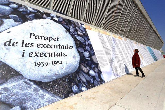 L'alcaldessa de Barcelona, Ada Cua, al costat de l'emmurallo memorial