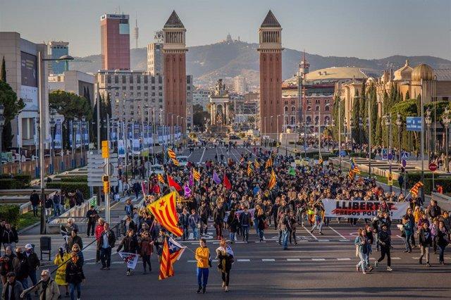 Un miler de persones protesten en l'avinguda Regna Cristina contra el Rei Felip
