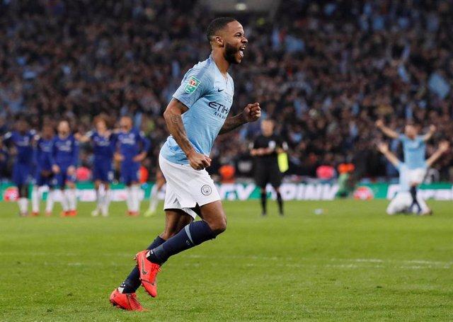 Raheem Sterling celebra un gol con Ee Manchester City
