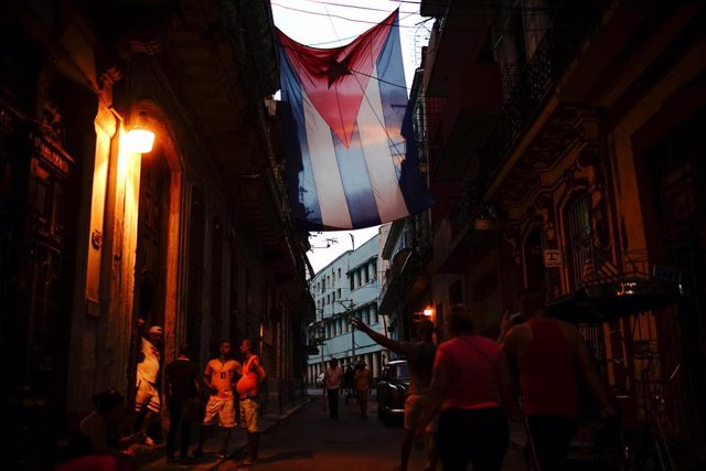 Bandera de Cuba en una calle de La Habana