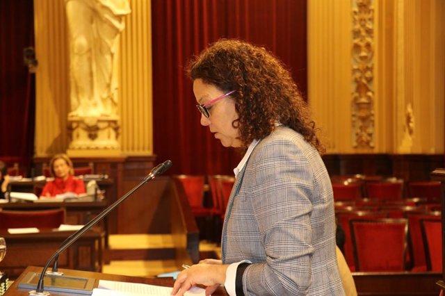 La consellera d'Hisenda, Catalina Cladera, en el ple del Parlament