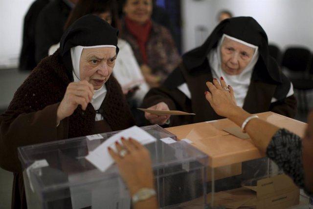 Monjas votan en las elecciones generales de 2015 en Ronda