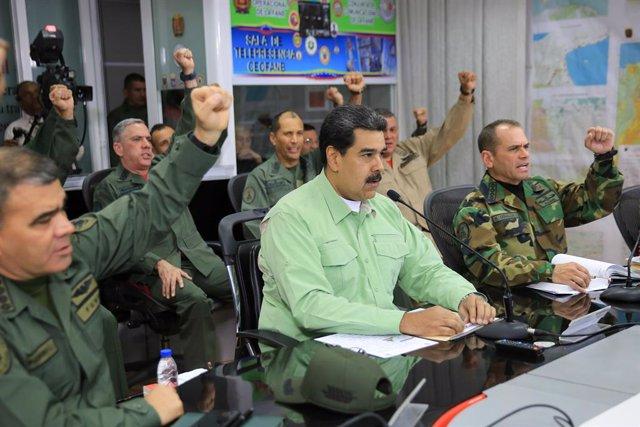 Nicolás Maduro junto a oficiales de la FANB