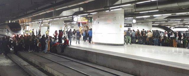 Estudiantes cortan las vias del AVE en la estación de Sants durante la huelga