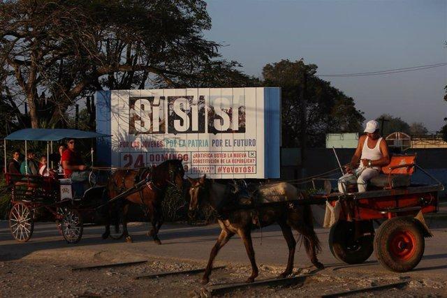 Carteles a favor del 'sí' en el referéndum constitucional en Cuba