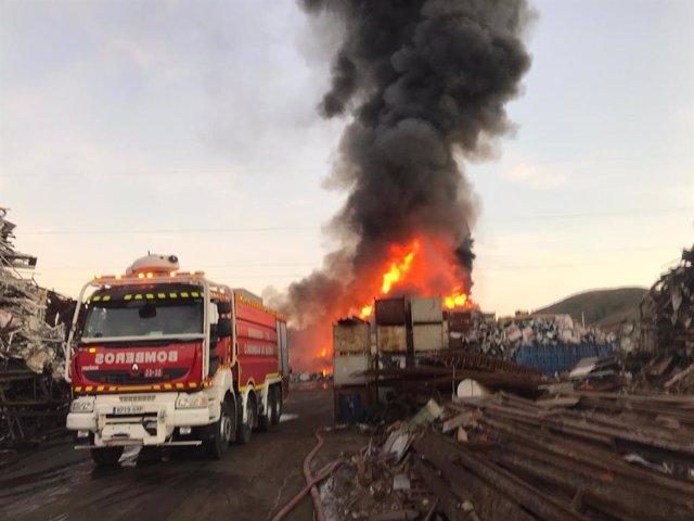 Diez dotaciones de Bomberos siguen trabajando tras más de 15 horas en el incendi
