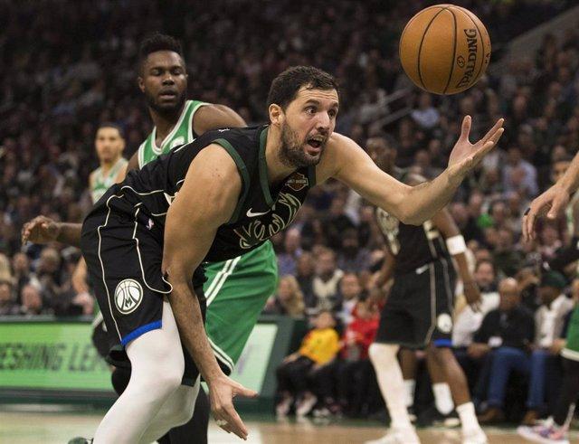 Nikola Mirotic (Milwaukee Bucks) ante Boston Celtics
