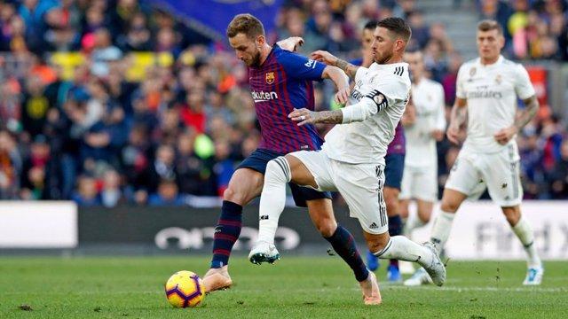 Ivan Rakitic y Sergio Ramos en un Barça - Madrid