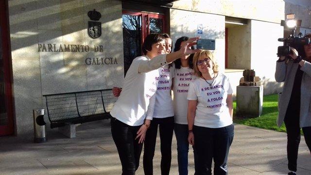 Las diputadas del BNG posan frente a la entrada del Parlamento de Galicia con ca