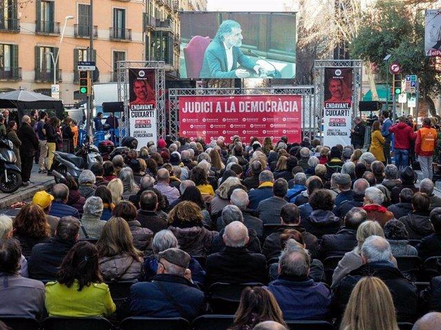 Decenas de personas siguiendo la declaración de Jordi Cuixart