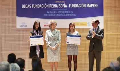La reina Sofía preside la entrega de dos becas a jóvenes investigadores en enfermedades neurodegenerativas
