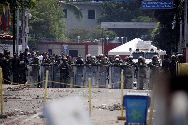 Enfrentamientos entre manifestantes y policía venezolana en la frontera con Colo
