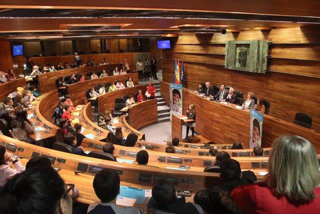 Estudiantes de Oviedo reflexionan sobre la igualdad en un pleno infantil en la J