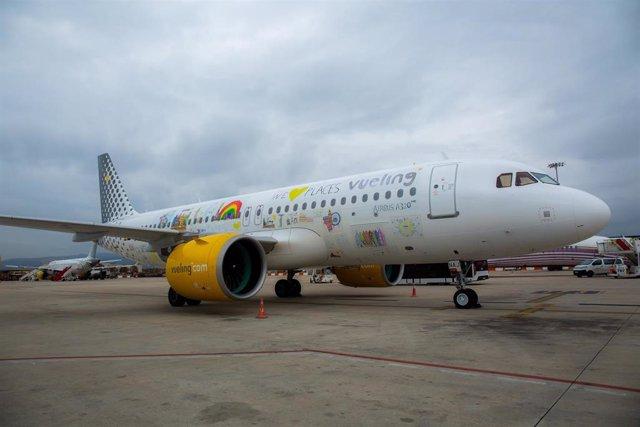 """Vueling presenta el A320neo con el nuevo vinilado """"kids"""" para celebrar el Día Un"""