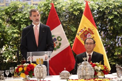 Los Reyes de España reciben al presidente de Perú y su esposa al inicio de su visita de Estado