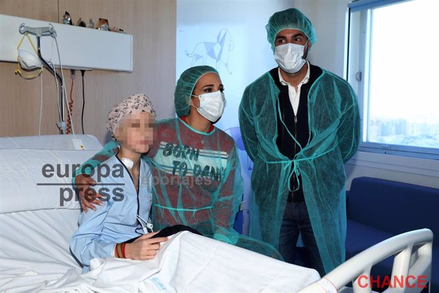 Paula Echevarría y Miguel Torres visitan a los niños enfermos de cáncer mostrand