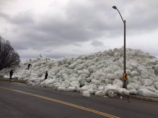 Un espectacular tsunami de hielo arrasa una zona residencial de Ontario, Canadá