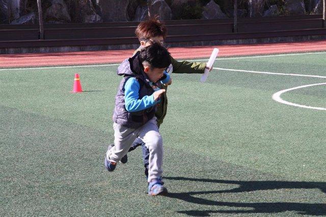 Niños corriendo, recreo, jugar