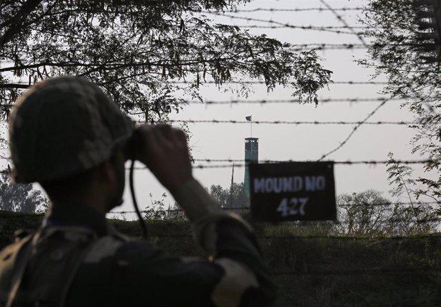 Un soldado indio en la frontera con Pakistán