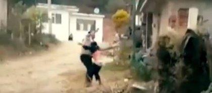 Una madre maltrata a su hijo con discapacidad en una calle de México y los vecinos la graban y denuncian en redes