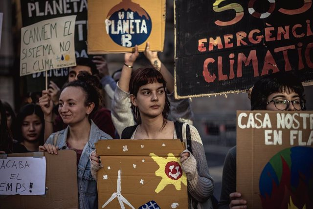 Students strike for better climate protection in Barcelona