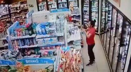 Graban a una mujer mexicana robando un producto de limpieza y perfumándose sus zonas íntimas y el vídeo se viraliza