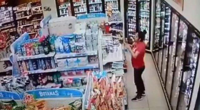 Graban a una mujer mexicana robando un producto de limpieza y perfumándose sus z