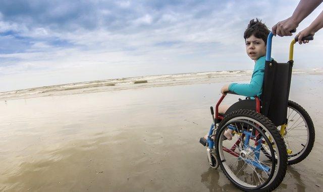Ni8ño en silla de ruedas