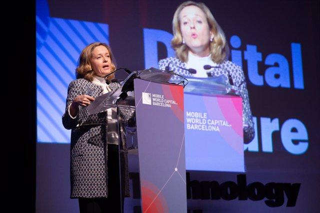 La ministra d'Economia Nadia Calviño atén als mitjans