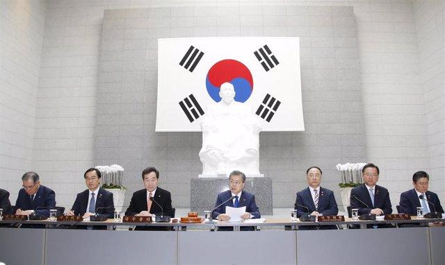 Moon Jae In en una reunión con su gabinete