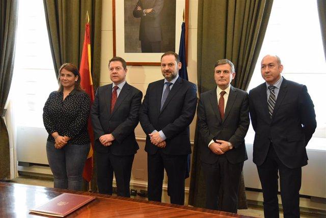 El ministro de Fomento, José Luis Ábalos y el presidente regional, Emiliano Garc