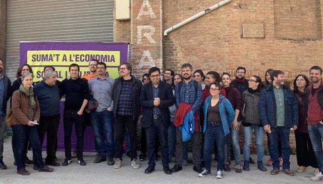 El primer teniente de alcalde de Barcelona, Gerardo Pisarello, con miembros de '