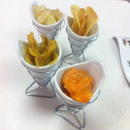 OCU advierte de que los 'chips' vegetales tienen prácticamente las mismas calorías y grasa que las patatas fritas