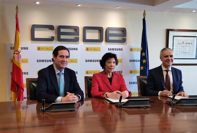 """Celaá ve la FP como """"la joya de la corona"""" y firma un acuerdo con Samsung para p"""