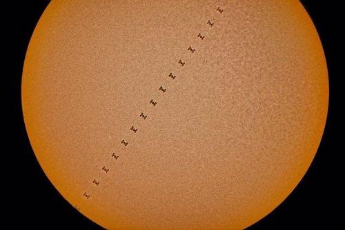 La Estación Espacial, captada cruzando el Sol en menos de un seguundo