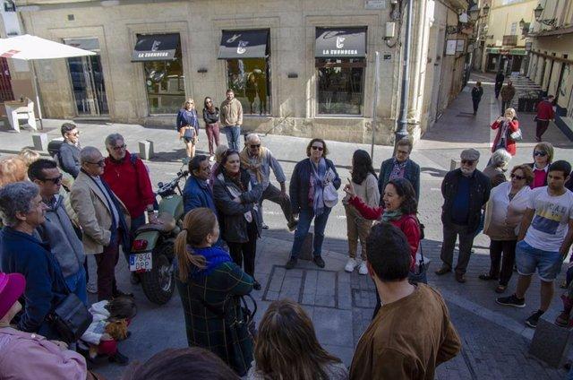 Medio Centenar De Turistas Participan En Una Visita Sobre La Historia De La Gast
