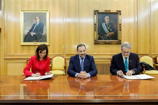 Isabel Pardo de Vera (Adif AV), José Luis Ábalos (Fomento) y Luis Cayo Pérez (Ce