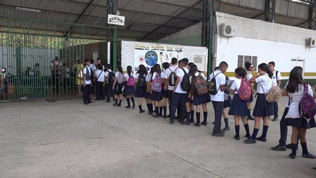 Niños venezolanos entrando a una escuela en Cúcuta (Colombia)
