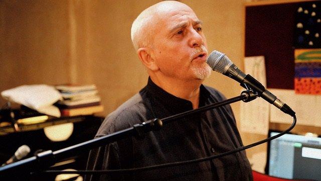 El cantautor británico Peter Gabriel lamenta que haya presos por haber votado so