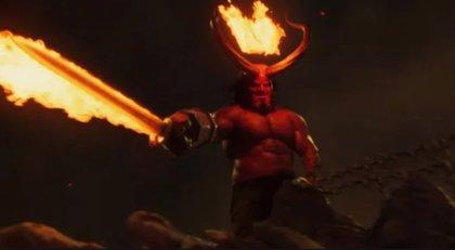 Hellboy, a lomos de un dragón de fuego en su sangriento y definitivo tráiler
